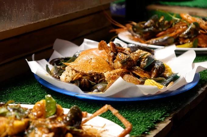 Set hải sản  Hải sản xào cay là set ăn du khách không nên bỏ lỡ. Mỗi suất thường tôm, ghẹ, vẹm xào chung với ngô, me, ớt cay và sốt chanh. Món ăn có mùi thơm nồng của ớt và màu vàng đẹp mắt của nước sốt. Khi ăn, thực khách sử dụng găng tay để bóc vỏ hải sản và thưởng thức. Tuy nhiên, món ăn này có điểm trừ là hơi cay so với khẩu vị người Việt. Mỗi đĩa đầy đủ giá 500 baht (380.000 đồng).