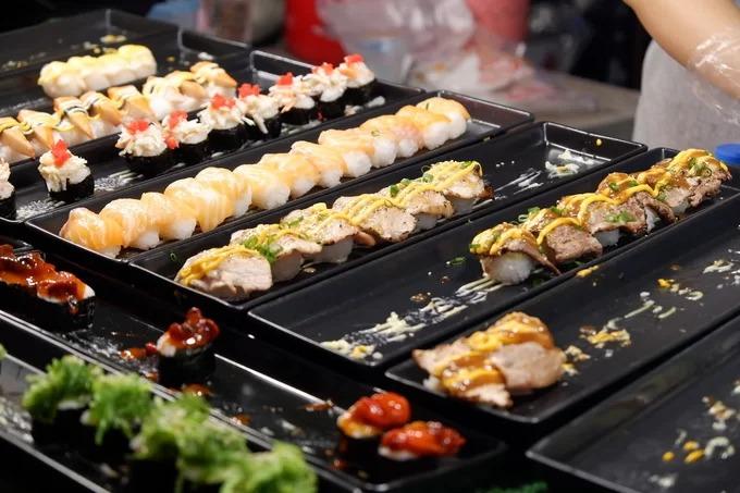 Cơm cuộn và sushi  Không chỉ có các món Thái, những khu chợ ẩm thực Chiang Mai còn bán kèm đồ ăn theo phong cách Nhật, Hàn. Bên cạnh cá, bạch tuộc, trứng tôm và xoài, các quầy hàng còn bán thêm sushi thịt nướng, sushi bò. Mỗi set giá từ 40 đến 90 baht (30.000 - 70.000 đồng) tùy loại nhân ăn kèm.