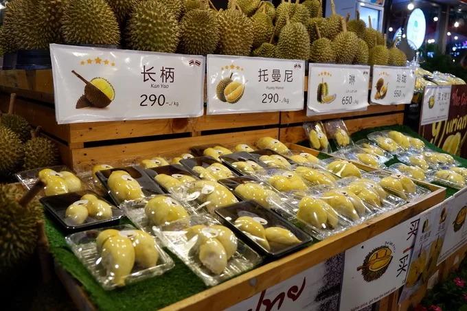 Trái cây và sầu riêng  Ở Việt Nam, sầu riêng Thái được nhập khẩu nhiều vì hạt nhỏ và vị ngọt thơm. Vì vậy, khi đến Thái Lan, du khách nên thưởng thức các loại hoa quả nhiệt đới như một món tráng miệng. Mỗi kg có giá bán từ 290 đến 700 baht (220.000 - 530.000 đồng) tùy theo loại.
