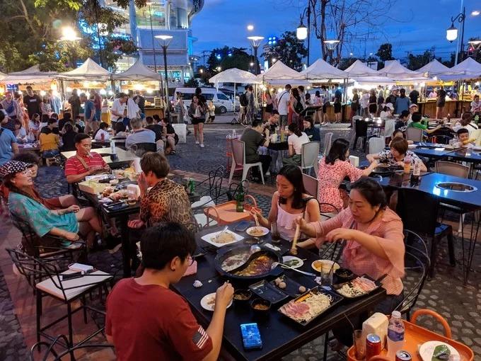 Địa điểm gợi ý để thưởng thức các món ăn ở Chiang Mai là khu chợ đêm trên đường Nimman. Không gian ăn uống có ghế sạch sẽ, thoáng mát và nhộn nhịp. Sau khi mua đồ ăn ở các quầy hàng, bạn chọn chỗ ngồi ở không gian chung (miễn phí) hoặc vào các quán bia (phải mua đồ uống) và dọn sạch lúc ăn xong