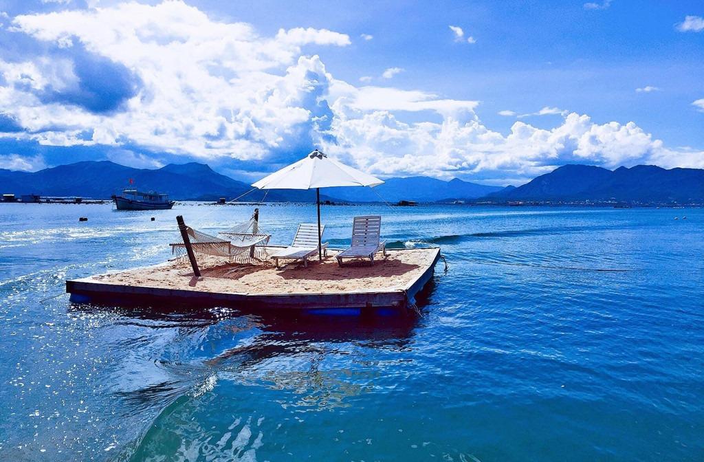 """Người dân nơi đây rất thân thiện và nhiệt tình, gợi ý chúng tôi nên tham gia tour lặn ngắm san hô hoặc chiêm ngưỡng hoàng hôn, thưởng thức bữa tối trên bè nổi. Chúng tôi đã quyết định chọn quán bar trên biển để có những phút giây thư giãn thật """"chill"""". Tại bến cảng, chiếc ca nô đã được chuẩn bị và sẵn sàng lướt băng băng trên những ngọn sóng để đưa tôi ra giữa biển."""