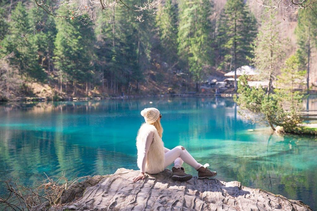 """""""Mắt ngọc Thụy Sĩ"""", """"viên ngọc ẩn Thụy Sĩ"""", """"hồ pha lê xanh""""... là những mỹ danh được dùng để chỉ hồ Blausee. Ẩn mình trong một khu rừng thuộc thung lũng Kander, hồ có diện tích khá nhỏ, khoảng 7.000 m2. Ảnh: Carlin-camsbaygirl"""