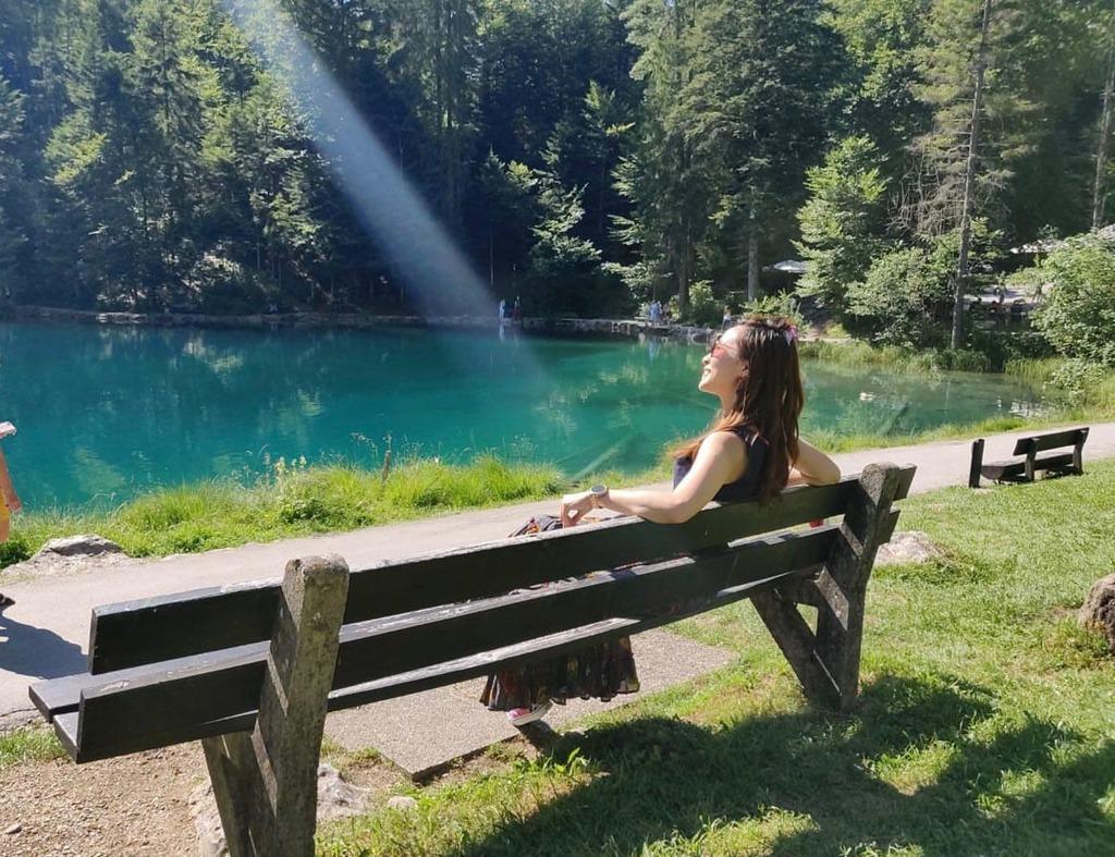 Ven hồ Blausee có các băng ghế để du khách nghỉ chân, tắm nắng. Ngoài ra, nơi đây còn có khu nướng thịt, cắm trại, khu vui chơi cho trẻ em. Đến đây, bạn đừng quên ghé thăm khu nuôi cá. Ảnh: Clairchair