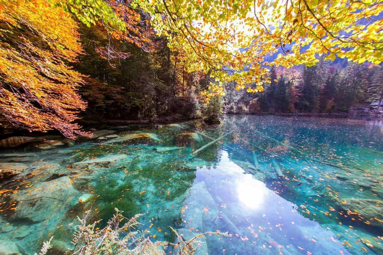 """""""Viên ngọc quý"""" Blausee vẫn chưa được nhiều khách du lịch biết đến nên yên ả suốt bốn mùa thay vì chen chúc, ồn ào. Cuối tuần và tháng 7, tháng 8 trong năm là những khoảng thời gian cao điểm bởi hồ Blausee đẹp nhất vào mùa thu. Ảnh: Newinzurich"""