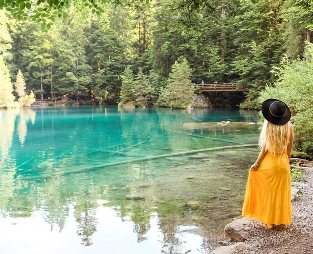 Hồ Blausee sở hữu làn nước trong xanh, có thể nhìn thấy rõ những thân cây, phiến đá ở bề mặt nước. Có rất nhiều giai thoại lãng mạn xoay quanh màu nước xanh như ngọc của nơi này, phổ biến nhất là câu chuyện kể rằng nước hồ mang màu mắt của một cô gái xinh đẹp nhưng duyên bạc phận mỏng đã kết thúc cuộc đời tại đây. Bức tượng người con gái dưới lòng hồ chính là để tưởng nhớ nàng. Ảnh: Larisa-justmovedtoswitzerland, Agostonimi
