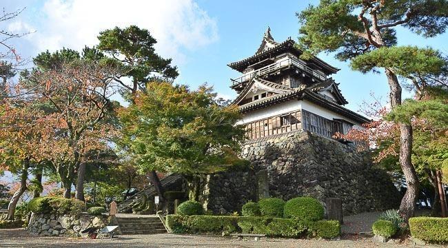 Thành cổ Marouka được bao quanh bởi những rừng hoa rực rỡ. Ảnh: Japan-guide.