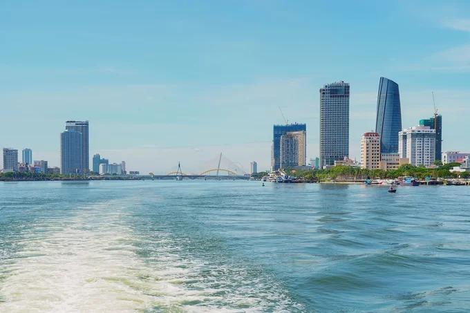 Đảo Hòn Chảo nằm cách trung tâm TP Đà Nẵng khoảng 12 km về phía bắc. Cách nhanh nhất để ra đảo là thuê tàu du lịch tại cảng sông Hàn. Khởi hành từ sáng sớm, tàu cao tốc sẽ chạy băng qua vịnh Đà Nẵng. Từ trên tàu du khách có thể ngắm cảnh thành phố và cảng Tiên Sa từ hướng biển.