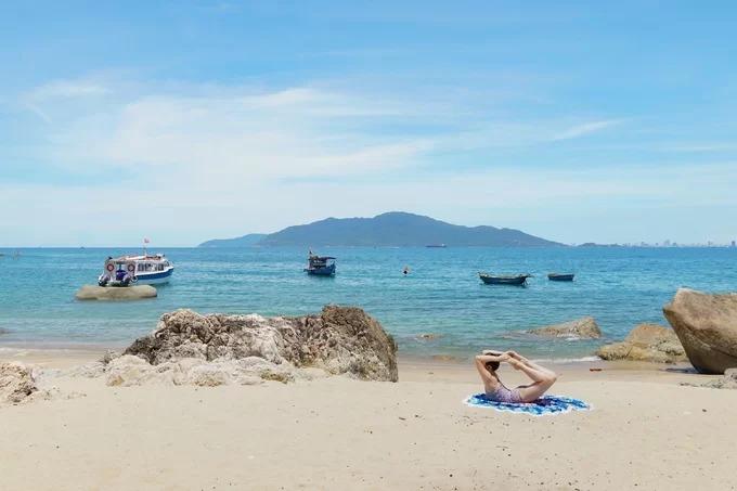 Hòn Chảo rộng khoảng 1,5 km, có địa hình đa dạng gồm cả bãi tắm những bãi đá nằm san sát, chồng lên nhau. Người dân gọi là Hòn Chảo vì nhìn từ xa, đảo nổi lên giữa biển như chiếc chảo úp ngược. Nơi đây còn được biết đến với những tên như Cù Lao Hàn, hòn Sơn Chà...