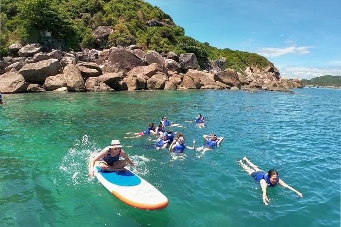 Du khách chơi thuyền sup và tắm biển tại nơi tàu dừng nghỉ. Những trải nghiệm nên thử khi đến đảo là lặn ngắm san hô, câu cá và tham gia các hoạt động thể thao, trò chơi dưới nước. Hòn đảo còn được biết đến là nơi có nhiều loại hải sản như tôm hùm, bào ngư, cầu gai…