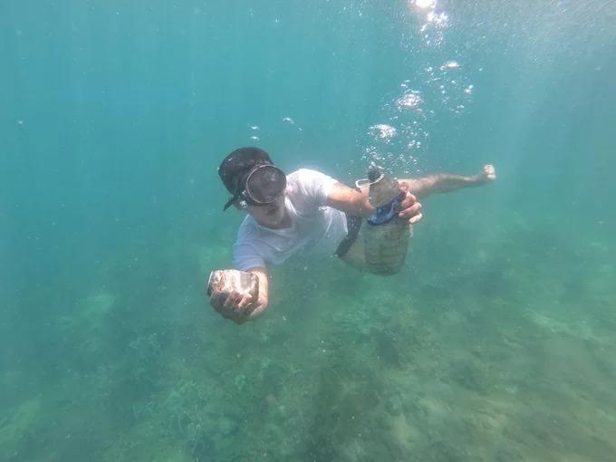 """Anh Đỗ Anh Vũ (Hội An, Quảng Nam), người vừa có chuyến trải nghiệm ở đây, cho biết: """"Tôi bị choáng ngợp trước vẻ đẹp của các rạn san hô dưới biển Hòn Chảo, nhưng không vui vì còn nhiều rác thải bên dưới. Tôi nghĩ du khách nên ý thức về việc này, không vứt các loại vỏ, lon, rác nhựa xuống biển khi dùng xong""""."""