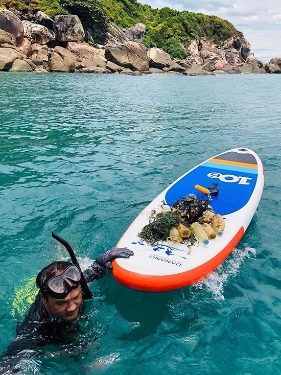 """Mỗi lần lặn biển, anh Trung thu gom được trung bình 5 – 10 kg rác. """"Khi đưa khách đến đây, tôi đều kêu gọi họ tự nguyện dành 15 phút thu dọn rác tại các điểm đến. Tôi hi vọng hành động của mình có thể lan tỏa ý thức giữ gìn và bảo vệ môi trường sống xung quanh tới cộng đồng"""", anh Trung nói."""