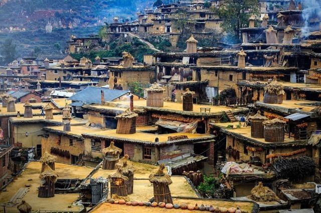 Những ngôi nhà được xây dọc theo sườn núi. Mái của nhà này sẽ là ban công của nhà khác. (Ảnh: Synotrip)