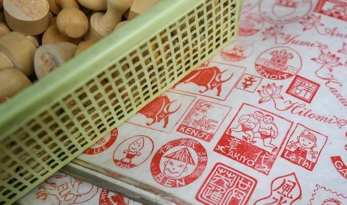 Khắc dấu thủ công là một nghề lâu đời của Hà Nội, đã có từ hàng trăm năm nay. Bên cạnh họa tiết thường thấy, những con dấu ngày nay còn là món quà lưu niệm với nội dung đa dạng theo sở thích của khách du lịch trong và ngoài nước, giá 70.000 - 100.000 đồng.