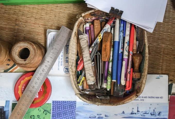 Bộ đồ nghề của người làm dấu thủ công gồm bút, thước để kẻ, vẽ viền, dao, đục và những tờ giấy trắng phác thảo ý tưởng của khách.