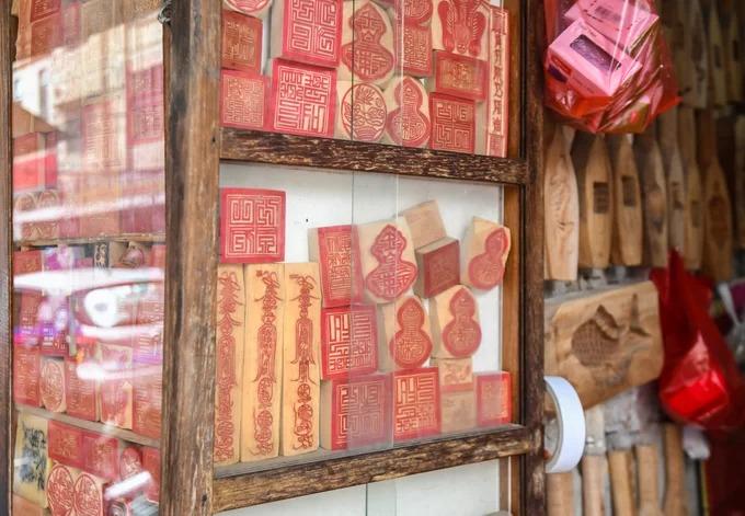 Theo các nhà nghiên cứu, nghề khắc dấu ở Hà Nội có nguồn gốc từ tỉnh Hà Tây cũ, cách đây hàng trăm năm. Những cửa hiệu khắc dấu lâu đời ở Hà Nội vẫn duy trì việc chế tác họa tiết cổ truyền như chữ triện, các bản khắc tranh thờ, tranh dân gian và khuôn làm bánh thủ công.