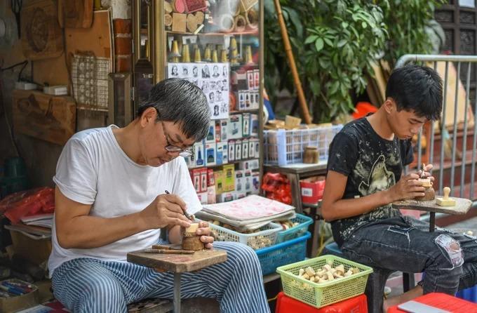 Ông Toàn cho biết đã quen với những con dấu từ nhỏ do đây là nghề gia truyền. Với những người muốn theo học, mất khoảng 2 năm đào tạo để thạo nghề. Người có năng khiếu sẽ học nhanh và làm được sản phẩm cầu kỳ hơn.
