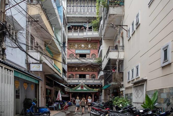 Nằm trong khu phố vàng bạc trên đường Nghĩa Thục (quận 5), chùa Vạn Phật lọt thỏm giữa những dãy nhà cao tầng. Chùa được xây dựng vào năm 1959 bởi hai vị hòa thượng là Đức Bổn và Diệu Hoa, với mục đích làm nơi tu học, lễ bái cho các tăng ni, phật tử người Hoa ở thành phố và các tỉnh lân cận.  Khởi đầu, chùa khá đơn sơ và tạm bợ, chỉ sau đợt đại trùng tu kéo dài 10 năm (1998 - 2008), ngôi chùa mới có diện mạo như ngày nay với 5 tầng, diện tích 200 m2.