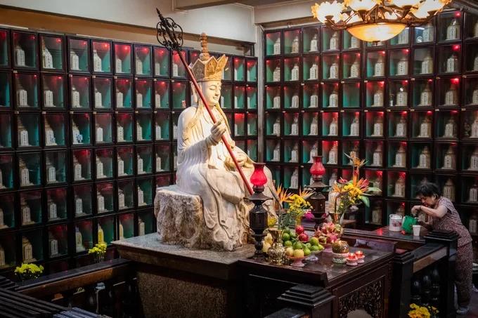 Trong khuôn viên chùa có khu vực gửi tro cốt của người đã khuất. Tại đây, nhà chùa cho đặt một tượng Phật bằng đá để người dân tới dâng hương, chiêm bái.