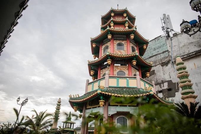 Toà tháp Vạn Phật 5 tầng được xây dựng trên sân thượng vừa là điểm nhấn kiến trúc của chùa, vừa có chức năng chan hoà ánh sáng tự nhiên cho tầng chánh điện bên dưới.