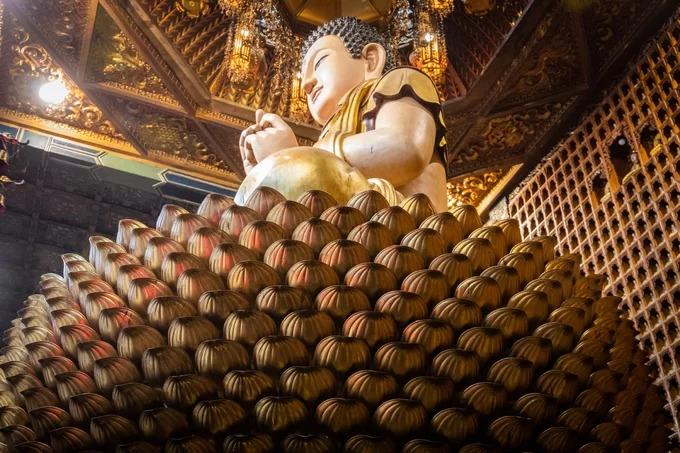 Đài sen bằng đồng dưới chân tượng Phật Thích Ca Mâu Ni được chế tác tinh xảo. Điều đặc biệt ẩn sau 1.000 cánh sen này là những bức tượng Phật nhỏ có màu trắng ngà.