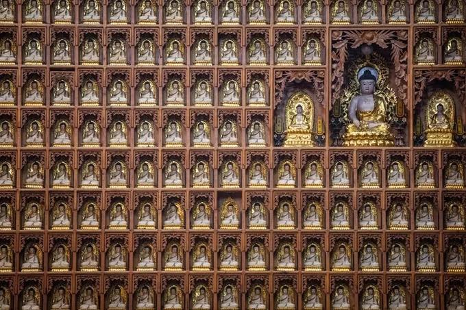 Xung quanh những tượng Phật lớn là 10.000 tượng nhỏ, được đặt tương ứng trên tường của Đại điện Quang Minh.