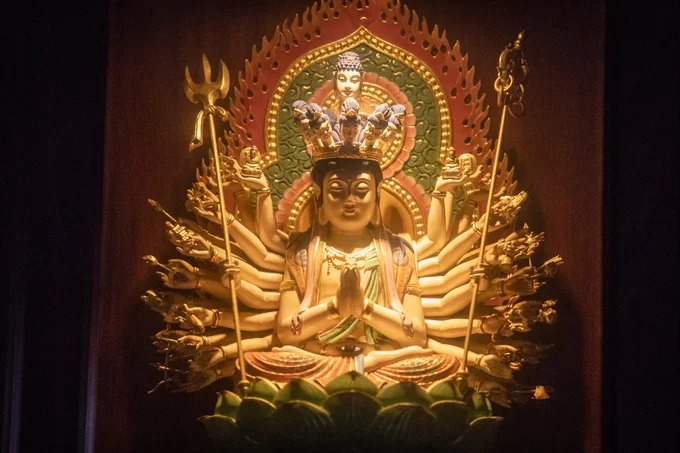 Tượng gỗ Thiên thủ Thiên nhãn Thập nhất Diện Quán Thế Âm Bồ Tát được đặt trong tủ thờ tại cửa chùa.