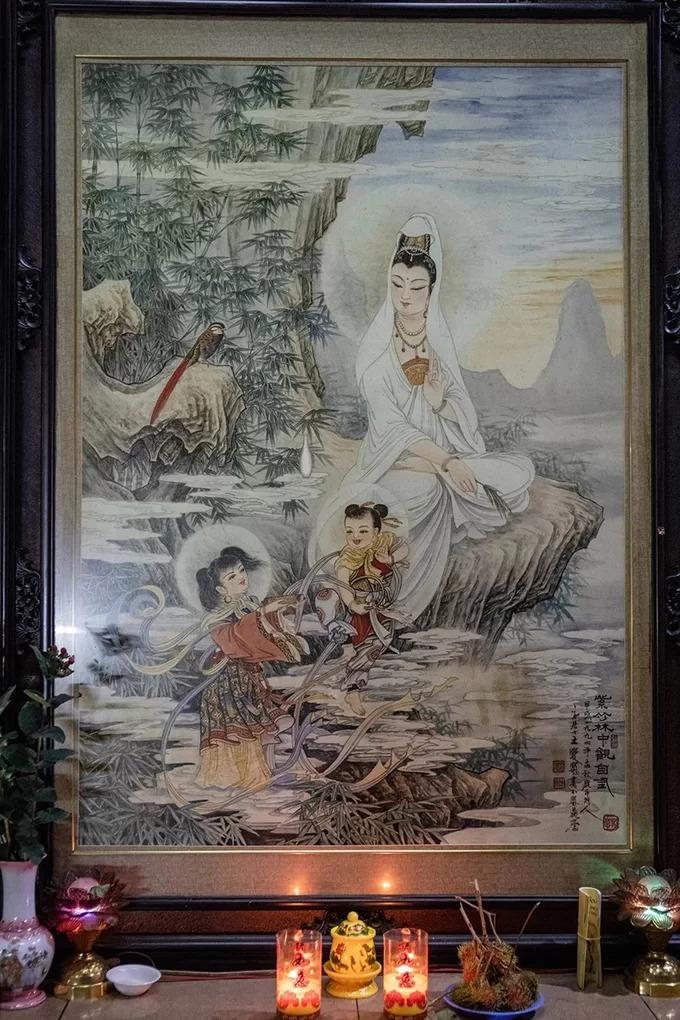 Tranh vẽ Thiện Tài đồng tử, Long Nữ đứng trên mây, cùng với Quán Thế Âm Bồ Tát mang đậm nét văn hoá của người Hoa.