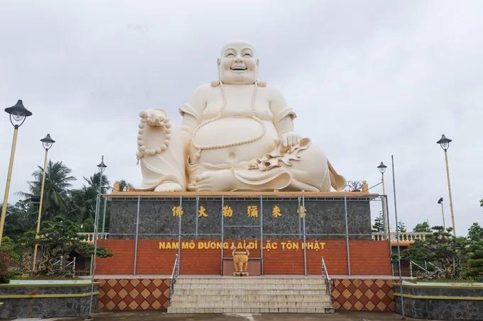 Trong khuôn viên chùa còn có các công trình mới xây dựng như tượng Phật Di Lặc cao 20 m, nặng 250 tấn, được đúc bằng bê tông cốt thép. Công trình khánh thành năm 2010.