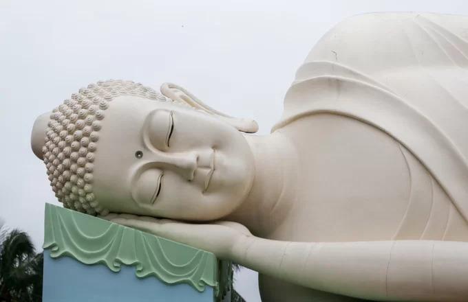 Phía sau chánh điện là tượng Phật Thích Ca trong tư thế nhập niết bàn có chiều dài 32 m, khánh thành năm 2013. Các tượng lớn trong chùa được tạc tinh xảo, toát lên vẻ an nhiên, thoát tục của Đức Phật.