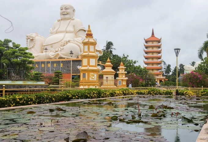 Không gian chùa rộng rãi, thanh tịnh với nhiều cây xanh, bonsai, hoa lá, hồ sen... tạo nên sự dễ chịu cho du khách sau khi lễ Phật.  Trung tâm Sách Kỷ lục Việt Nam đã xác lập: Chùa Vĩnh Tràng - ngôi chùa Việt Nam đầu tiên kết hợp phong cách kiến trúc giữa phương Đông và phương Tây vào năm 2007.