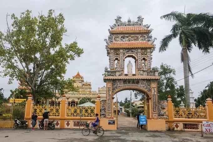 Trước chùa có cổng xây dạng cổ lầu do nghệ nhân xứ Huế thực hiện năm 1933. Cổng giữa làm bằng sắt theo kiểu Pháp. Trên cổ lầu ban đầu để tượng các vị hòa thượng có công với chùa, sau được thay thế bằng tượng Phật.