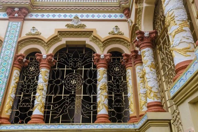 Những hàng cột ở mặt tiền và dọc hành lang phía chùa thanh mảnh, mái vòm cong. Trên mái vòm trang trí hoa văn kiểu kiến trúc La Mã xen với phong cách thời Phục Hưng của phương Tây. Các cổng, cửa sổ bằng sắt giống biệt thự của Pháp.