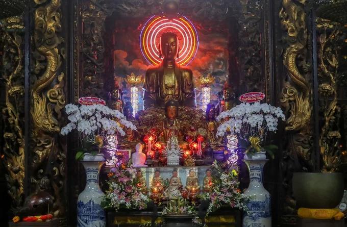 Chính điện chùa bài trí nhiều tượng Phật đúc bằng gỗ, đồng, đất nung, xi măng. Các tượng đều thếp vàng óng ánh và được tạc vào cuối thế kỷ 19.