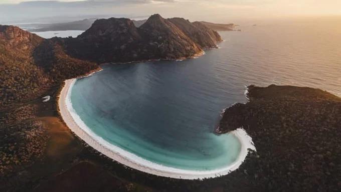 Vịnh Wineglass: Nơi tốt nhất để lặn  Vịnh Wineglass nằm giữa công viên quốc gia Freycinet, bang Tasmania và cách Hobart ba giờ lái xe về phía bắc. Bến cảng của vịnh là nơi những đỉnh đá granite màu hồng tiếp giáp với một bãi cát hình vỏ sò, bên làn nước biển mát lạnh. Ảnh: CNN.