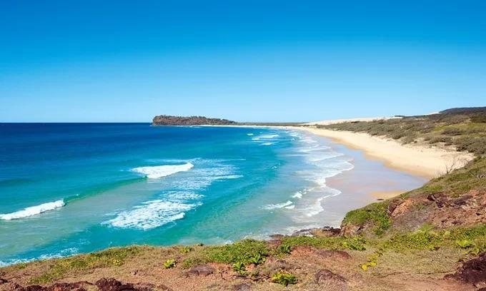 75 Dặm: Nơi không dành để bơi  Bãi biển trên đảo Fraser của Queensland có phong cảnh đẹp, nhưng không thực sự thích hợp cho việc tắm nắng và bơi lội. Fraser là hòn đảo cát lớn nhất thế giới và là nơi duy nhất có rừng mưa nhiệt đới mọc lên từ cát. Bãi biển có góc check-in ấn tượng: Xác tàu đắm Maheno. Nếu du khách muốn tắm biển, hãy dừng chân ở Champagne Pools - loạt bãi cạn, để tránh gặp phải cá đuối biển hay cá mập hổ ở ngoài đại dương. Ảnh: Fraserfree.
