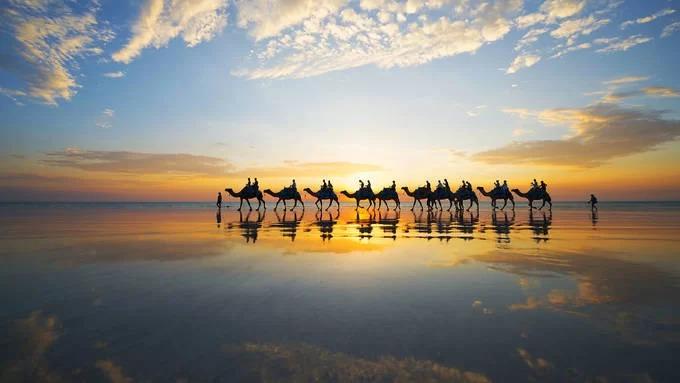 """Cable: Nơi đẹp nhất để ngắm hoàng hôn và trăng lên  Ngay bên ngoài thành phố Broome ở Tây Australia, du khách sẽ tìm thấy bãi biển Cable, nơi có cảnh hoàng hôn đẹp nhất đất nước. Với 22 km cát trắng tinh khiết và nước biển trong xanh, bãi biển Cable được bao quanh bởi những cồn cát và vách đá đỏ. Đây là nơi thường xuyên được du khách lựa chọn để ngắm mặt trời lặn và những đàn lạc đà đi bộ trên bãi biển khi hoàng hôn. Nếu đến đây vào giữa tháng 3 và tháng 10, bạn còn có cơ hội ngắm hiện tượng độc đáo """"Cầu thang lên mặt trăng"""". Khi đó, ánh sáng mặt trăng phản chiếu xuống sóng biển để hình thành ảo ảnh giống chiếc cầu thang. Ảnh: Timeout."""