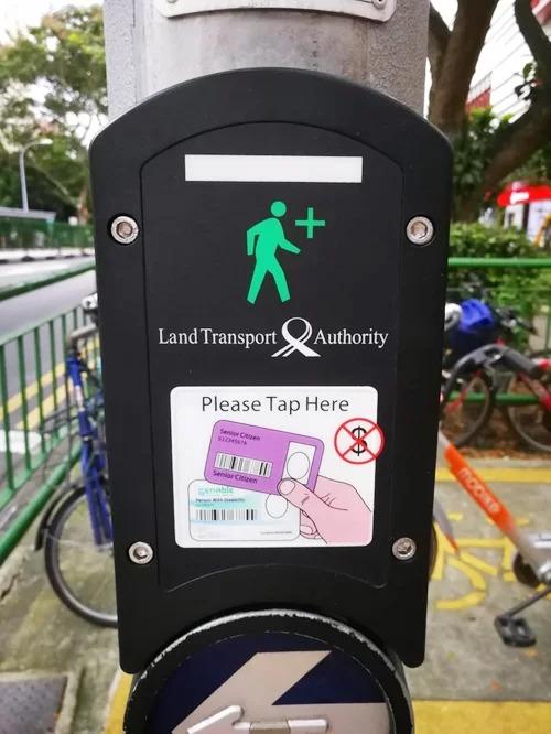Người già và những người khuyết tật ở Singapore luôn được tạo điều kiện thuận lợi trong sinh hoạt, đặc biệt là khi tham gia giao thông. Họ chỉ cần chạm thẻ từ (loại thẻ thông minh dùng để sử dụng các phương tiện công cộng) vào cột đèn thì lập tức đèn tín hiệu sẽ bật sáng. Những xe cộ lưu thông trên đường sẽ nhường đường ngay cho họ.