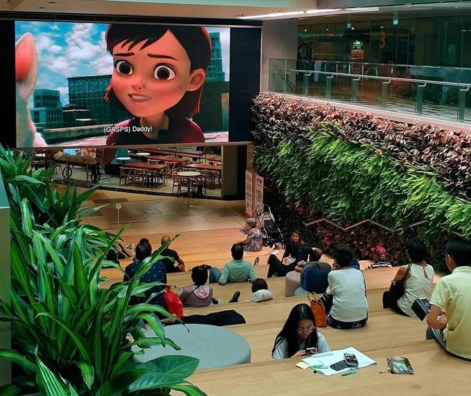 Terminal 3, sân bay quốc tế Changi có một khu vực rộng rãi, thoáng mát, nhiều cây xanh dành cho những du khách transit chuyến bay dài. Đặc biệt, trên màn hình lớn còn chiếu nhiều bộ phim nổi tiếng cho du khách thư giãn, nghỉ ngơi.