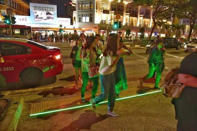 Ngày nay, điện thoại trở nên rất phổ biến. Không khó để bắt gặp những người đang đi bộ trên đường nhưng mặt vẫn cắm vào thiết bị trên tay. Để đảm bảo an toàn cho những người này, chính phủ Singapore cho lắp một hệ thống rải phân cách chìm dưới đất để tránh trơn trượt. Hệ thống này còn có đèn phát sáng, để dù đang dùng điện thoại, người đi bộ vẫn được cảnh báo đang bước xuống lòng đường, cần chú ý an toàn.