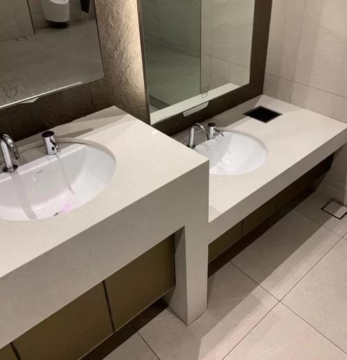 Hầu hết các nhà vệ sinh công cộng ở Singapore đều thiết kế bồn rửa tay riêng dành cho trẻ nhỏ, chiều cao thấp hơn nhưng vẫn được trang bị đầy đủ không khác gì phiên bản của người lớn. Việc này giúp tập cho trẻ em thói quen sạch sẽ và độc lập khi không cần người lớn trợ giúp.