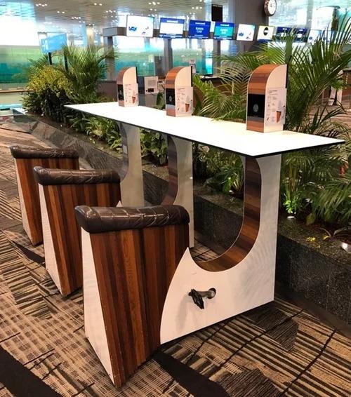 Singapore nổi tiếng là quốc gia xanh, tận dụng nguồn năng lượng thân thiện với môi trường. Khi muốn sạc điện thoại ở sân bay Changi mà muốn trải nghiệm một hình thức thật xanh, bạn hãy tìm đến những cột sạc sử dụng sức người, thông qua việc đạp pedal để tạo ra năng lượng.