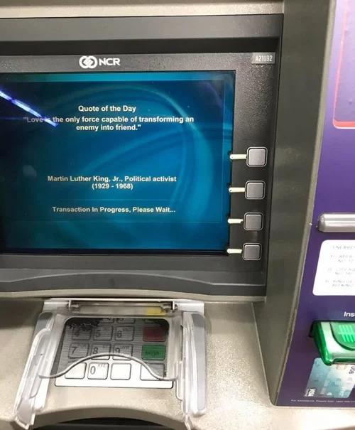 Tại cây ATM, trong thời gian chờ đợi, người sử dụng có thể đọc được một vài câu châm ngôn ý nghĩa của các danh nhân nổi tiếng thế giới.
