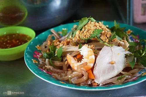 Gỏi ngó sen là món ăn không mấy phổ biến ở đường phố Sài Gòn. Ảnh: Di Vỹ.