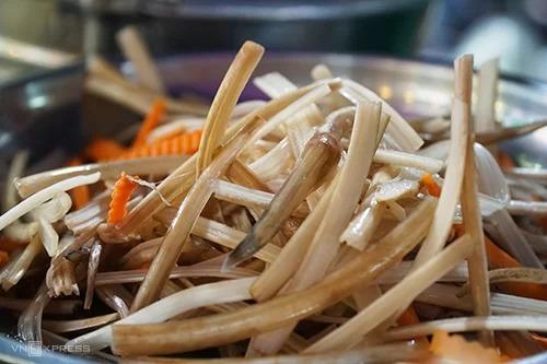 Mối ngày quán bán trung bình 3 kg ngó sen. Sen được làm sạch ở nhà và đem ra chợ, luôn được giữ tươi giòn. Ảnh: Di Vỹ.