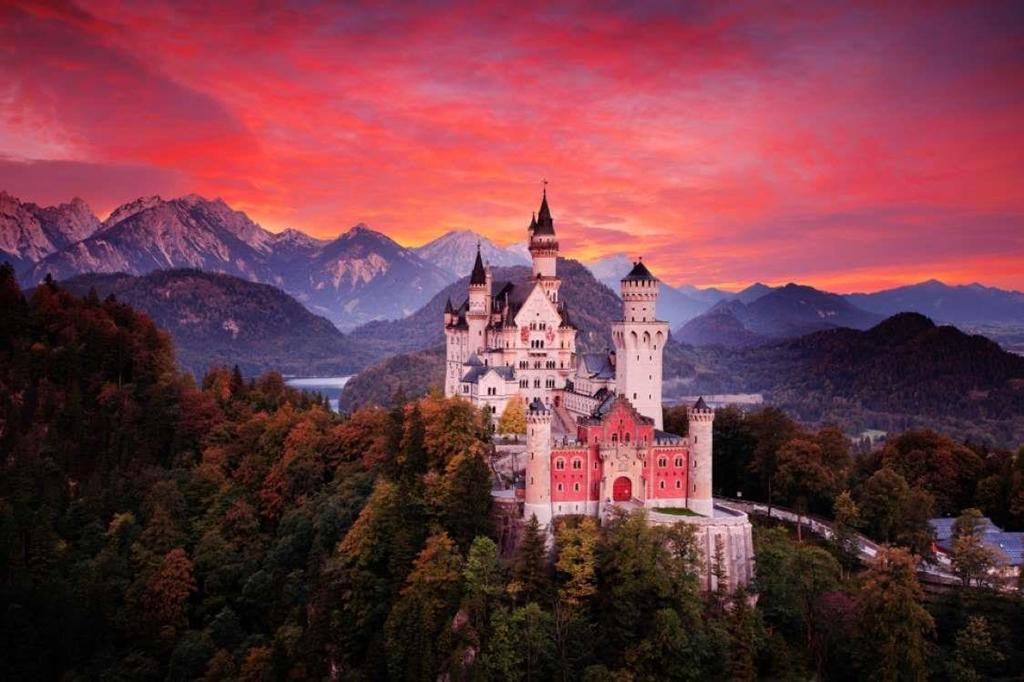 10. Lâu đài Neuschwanstein, Đức: Lâu đài Neuschwanstein ở Đức chính là bối cảnh để Disney làm ra bộ phim Người đẹp ngủ trong rừng. Điều đặc biệt của tòa lâu đài là phối màu hồng bắt mắt lại càng rực rỡ hơn khi có ánh nắng chiếu vào. Lâu đài Neuschwanstein hiện là một điểm du lịch hấp dẫn biểu tượng của Đức.