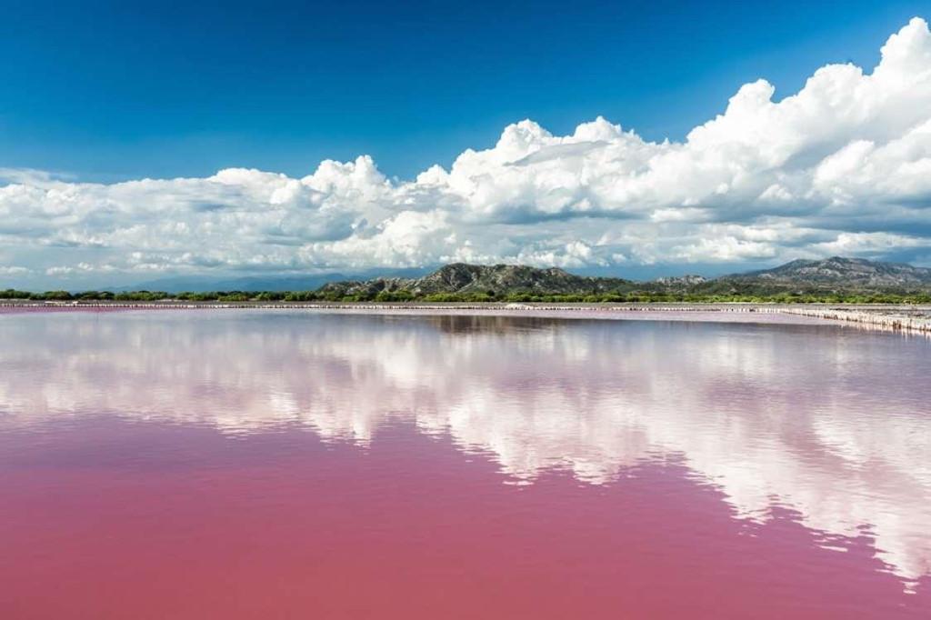 4. Hồ Retba, Senegal: Hồ nước muối tự nhiên siêu thực này là một điểm du lịch hấp dẫn của Senegal. Do lượng muối trong hồ cùng một loại vi khuẩn đặc biệt sinh sống dưới đáy đã góp phần làm cho nước ở đây biến thành màu hồng. Đặc biệt, gió ở đây càng mạnh, màu hồng càng thêm rõ rệt.