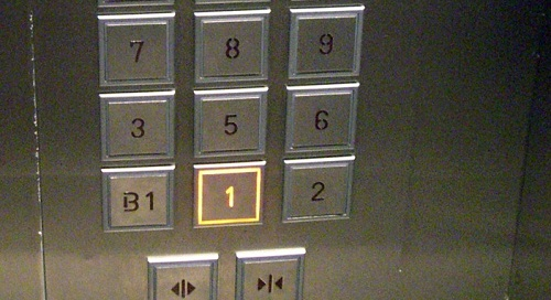 """Những thang máy ở Trung Quốc không có số 4. Bởi con số này bị cho là xui xẻo, nó có cách phát âm gần với chữ """"tử"""" có nghĩa là chết. Hầu hết tòa nhà ở quốc gia này đều bỏ qua tầng 4, tương tự biển số xe, số điện thoại. Ảnh: Tofugu."""