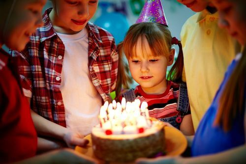 Bạn chỉ nên chúc mừng sinh nhật người Nga vào đúng hoặc sau ngày sinh của họ. Ảnh: Stir.