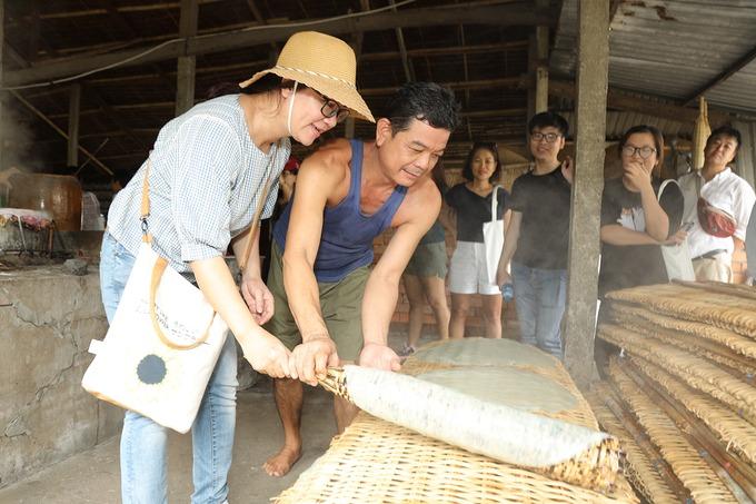 Làng nghề truyền thống  Điểm dừng chân tiếp theo của hành trình sẽ là những làng nghề truyền thống của người dân địa phương. Bạn có thể tìm hiểu nghề làm hủ tiếu truyền thống của các hộ dân sống ở khu An Bình, quận Cái Răng. Bạn cũng có thể trải nghiệm đổ bánh và mua hủ tiếu về làm quà.