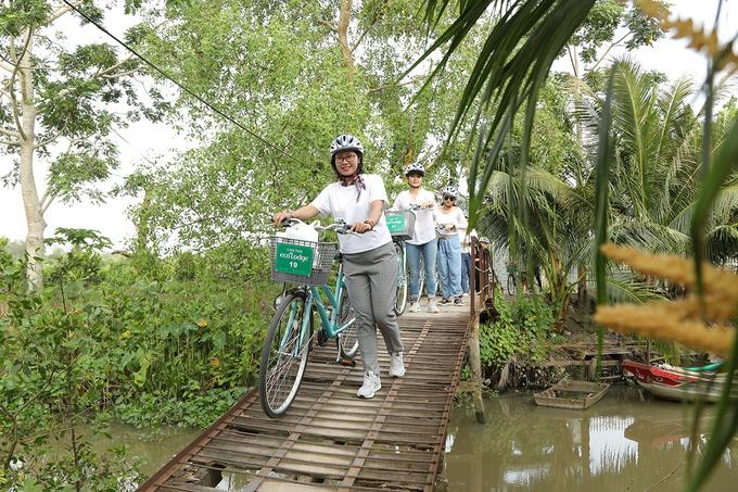 Đạp xe khám phá miệt vườn  Ba Láng là điểm dừng chân không mới trên bản đồ du lịch của thành phố Cần Thơ nhưng ít được khách chú ý. Đạp xe đạp quanh xóm nhỏ tại đây là trải nghiệm bạn có thể thử. Tour dài khoảng 3 tiếng, đi qua nhiều điểm tham quan.